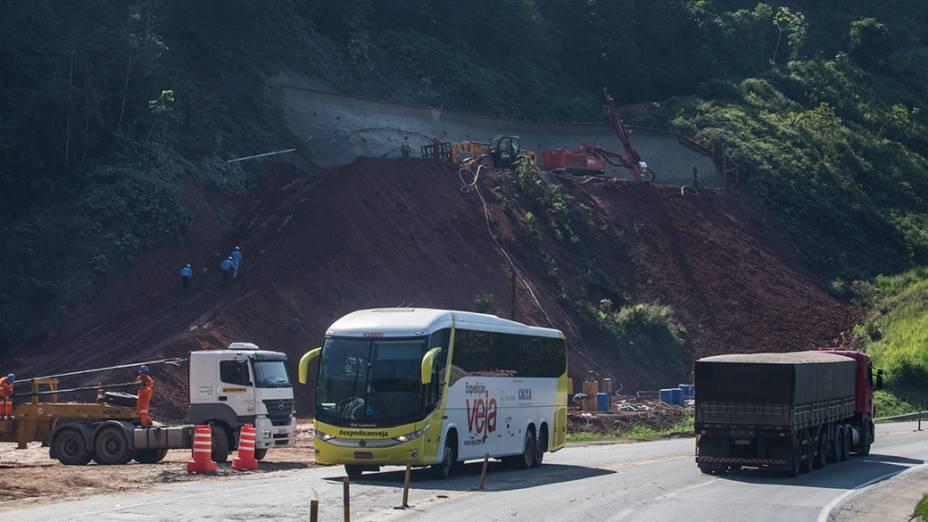 Ônibus da Expedição Veja passa pela Serra do Cafezal, trecho mais perigoso da Regis Bittencour