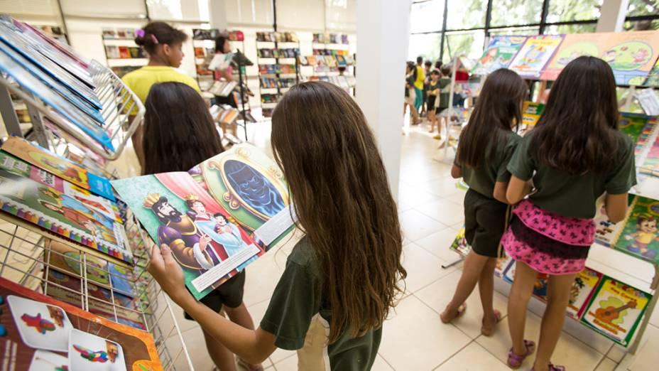 Alunos de Escolas Municipais, durante visita a Biblioteca Municipal de Três Lagoas (MS)