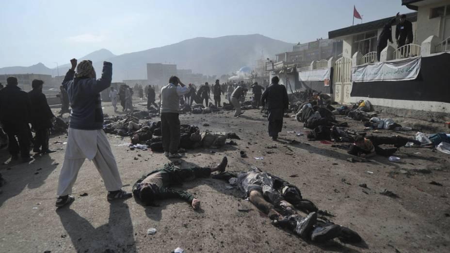 Corpos das vítimas de atentado a bomba durante cerimônia religiosa no centro de Cabul, Afeganistão