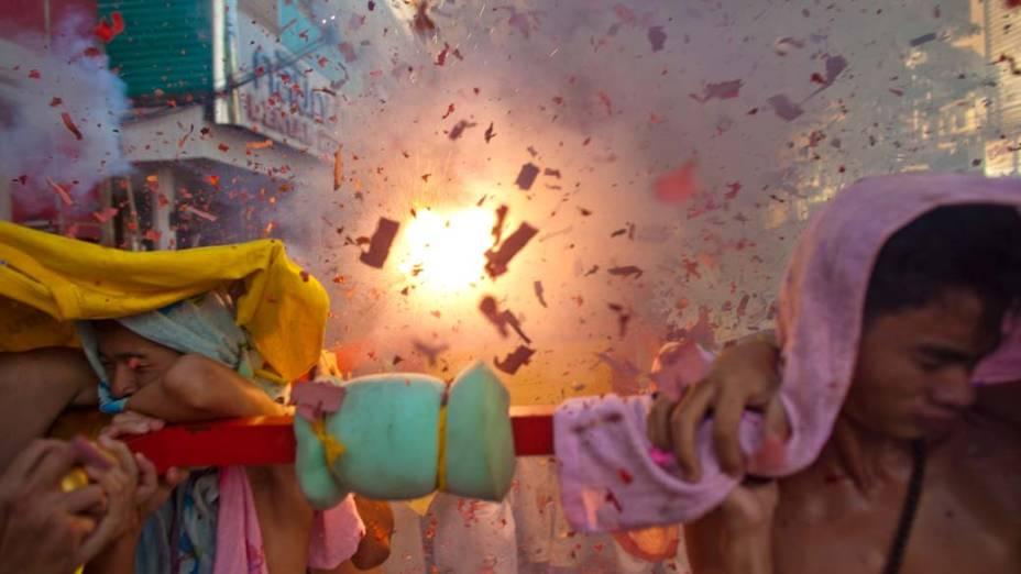 Fogos de artifício explodem durante procissão do Festival Vegetariano em Phuket, na Tailândia