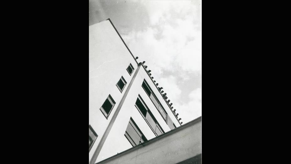 Bauhaus Dessau: casa ateliê com alunos no telhado