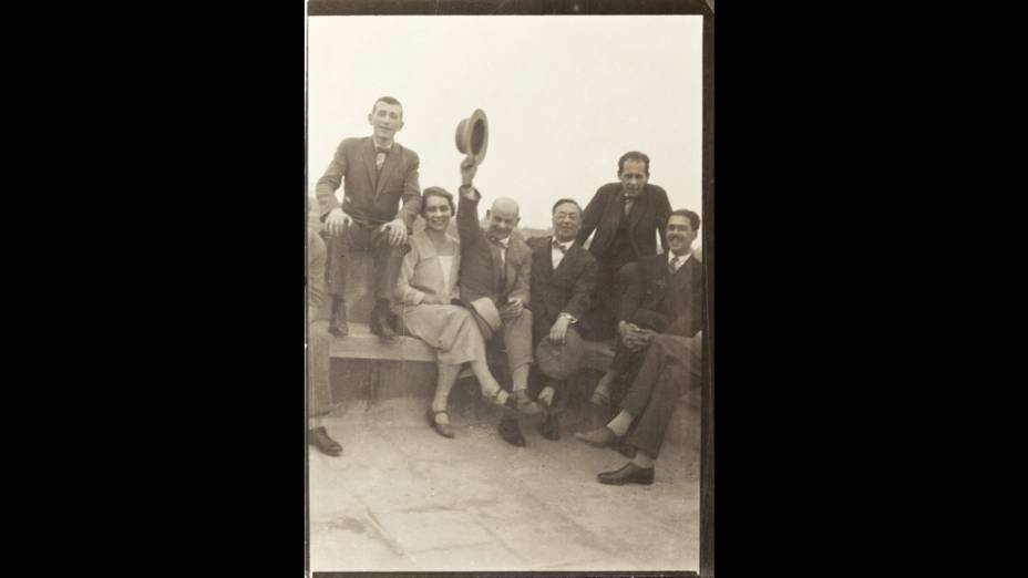 Mestres da Bauhaus no telhado da escola em Dessau (Marcel Breuer, Gunta Stölzl, Oskar Schlemmer, Wassily Kandinsky, Walter Gropius, Herbert Bayer)