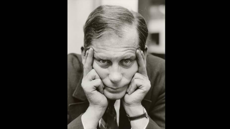 Retrato do fundador da Bauhaus, Walter Gropius, 'sentado, apoiando-se' por Lucia Moholy