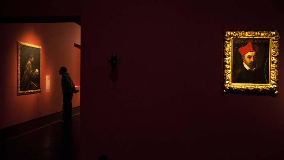 """Visitante observa a exposição """"Caravaggio e seus seguidores"""" no Masp em São Paulo"""