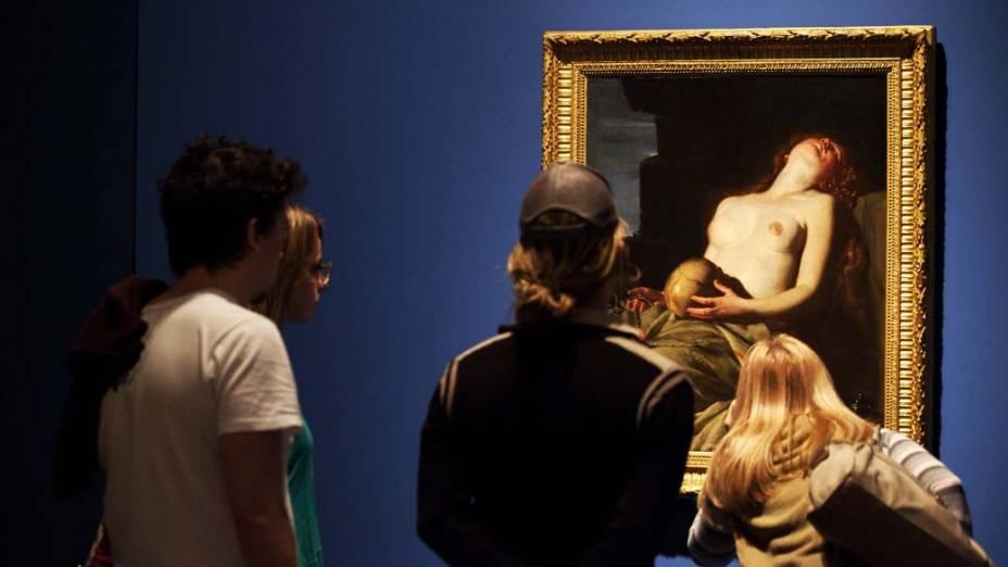 """Visitantes observam a exposição """"Caravaggio e seus seguidores"""" no Masp em São Paulo"""