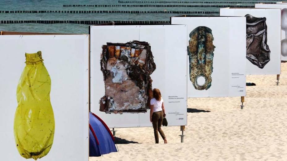 Fotografias do alemão Christian von Alvensleben na praia de Zingst, Alemanha. A<br>  exposição faz parte do Festival de Fotografia Ambiental