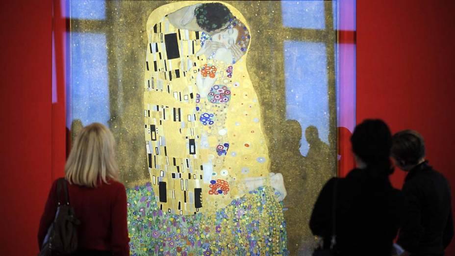 """Em 2012 será o aniversário de 150 anos do nascimento do pintor Gustav Klimt, pessoas observam o quadro """"O Beijo"""" do pintor em Viena, Áustria"""