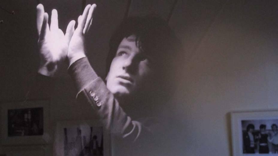 Foto integrante da exposição retrata o vocalista Bono com 18 anos
