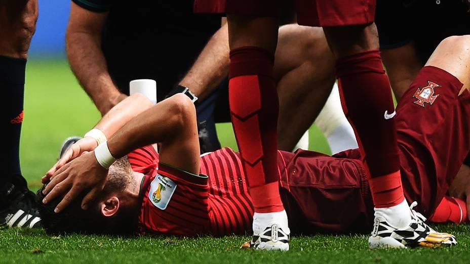 Jogador de Portugal sente dores na perna após sofrer falta no jogo contra Gana, em Brasília