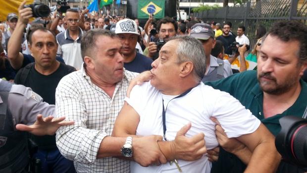 Confundido com petista, manifestante pró-direita é expulso da concentração da Marcha da Família na Praça da República, São Paulo