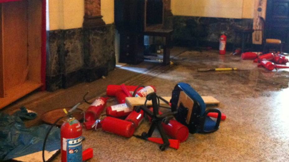 Extintores de incêndio usados por policiais quando manifestantes invadiram a Alerj