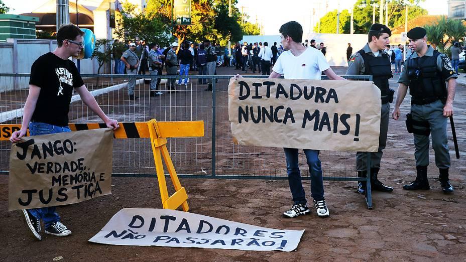 Manifestantes em frente ao cemitério onde o corpo de Jango será exumado