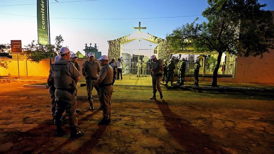 Policiais se concentram em frente ao cemitério em São Borja onde o corpo de Jango será exumado