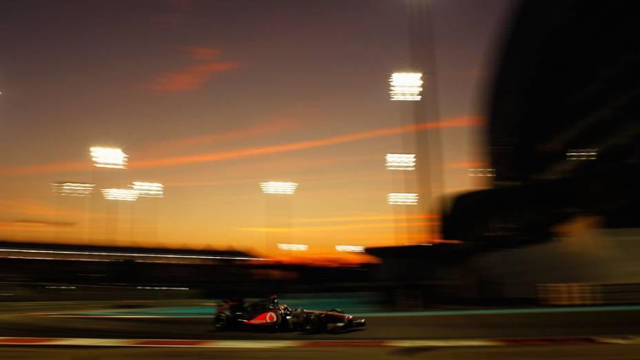 O britânico Lewis Hamilton, da McLaren, lidera o GP de Abu Dhabi, após Sebastian Vettel abandonar a corrida