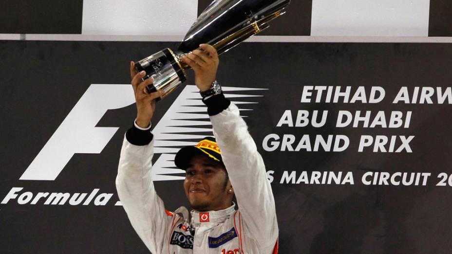 Lewis Hamilton, da McLaren, comemora vitória no GP de Abu Dhabi