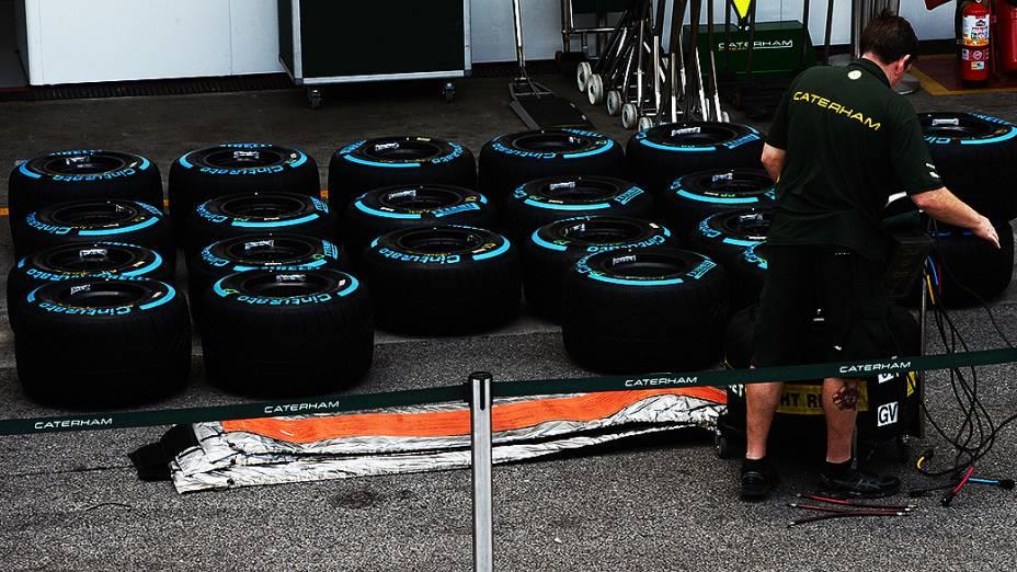 Movimentação no box da Catherham no circuito de Interlagos, em São Paulo
