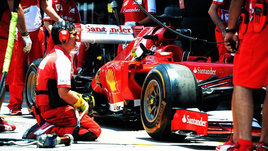 Movimentação no box da Ferrari no circuito de Interlagos, em São Paulo