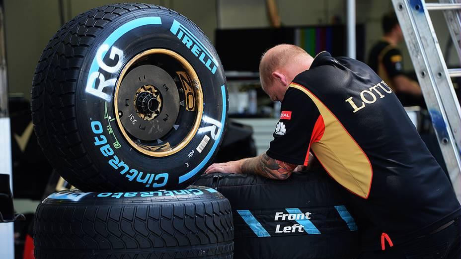 Movimentação no box da Lotus no circuito de Interlagos, em São Paulo