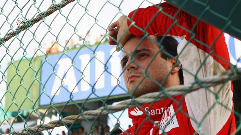 Piloto brasileiro Felipe Massa assiste ao GP do Japão, após abandonar a corrida na primeira volta. 10/10/2010