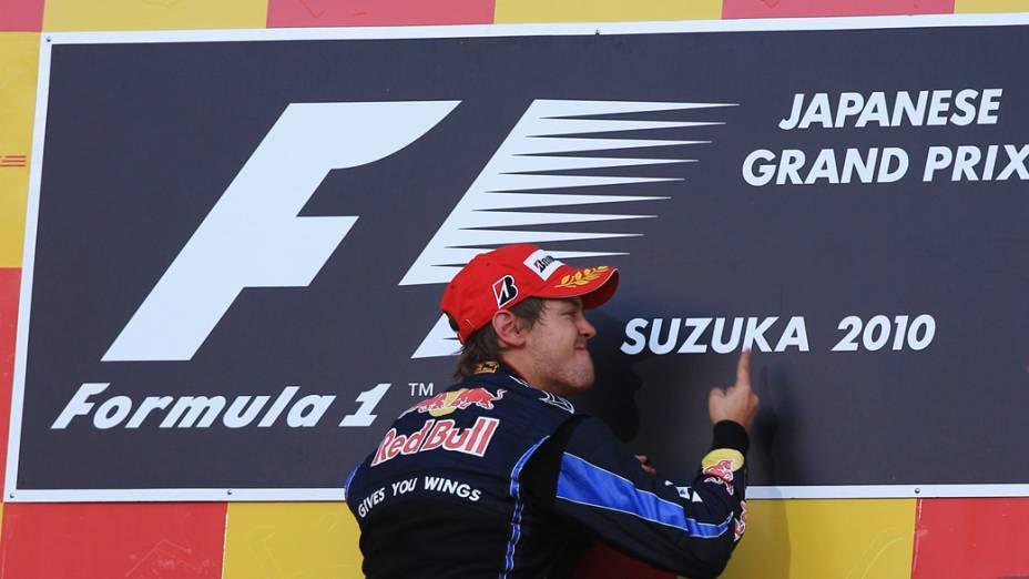 Sebastian Vettel, piloto da RBR, comemora o primeiro lugar no GP do Japão. 10/10/2010