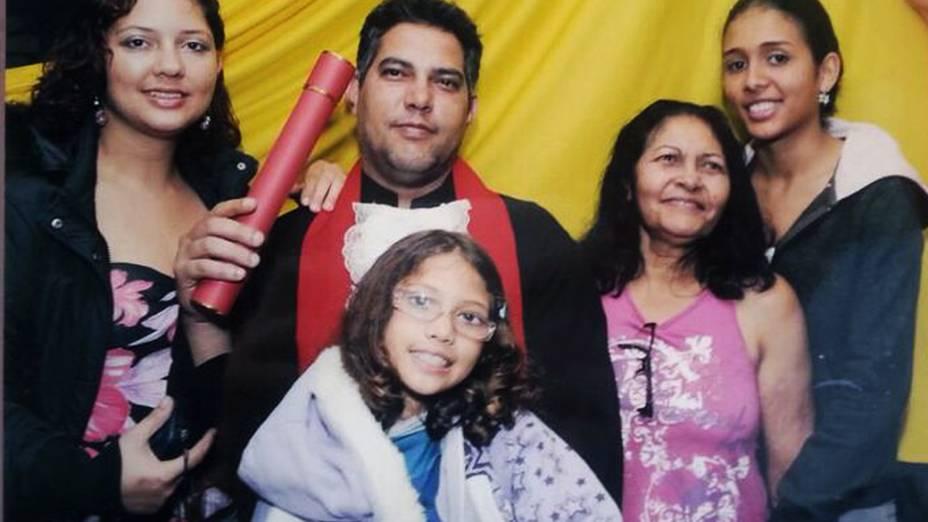 Fabiane (à esquerda) celebra com a filha Yasmin (de óculos) e familiares a formatura do marido Jaílson