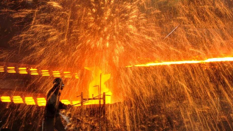 Funcionário em metalúrgica em Dalian, província de Liaoning, China