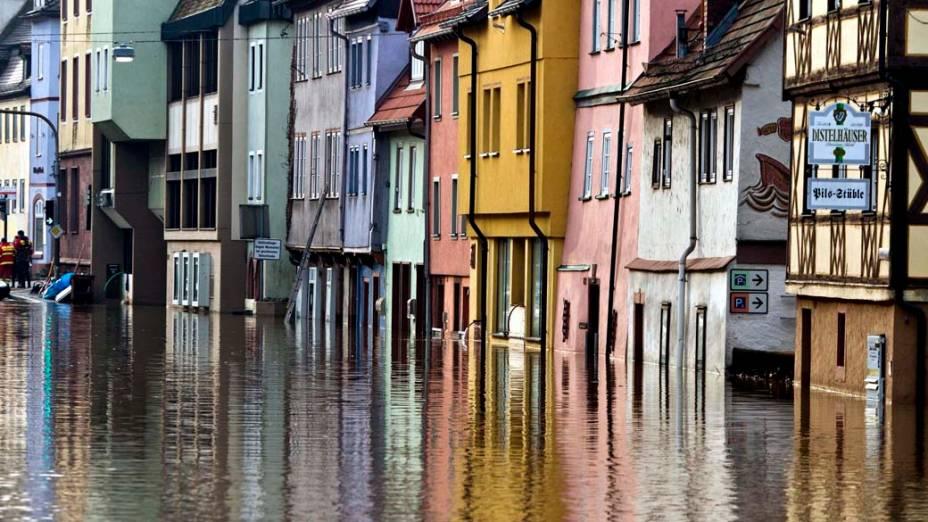 Fachada de casas próximas ao rio Tauber, em área inundada na cidade de Wertheim, Alemanha