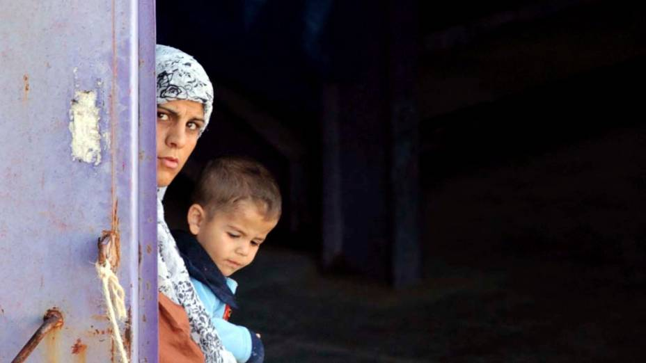 Família em campo para refugiados sírios na cidade de Hatay, Turquia