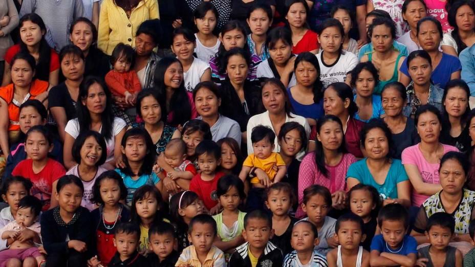 Parte dos 181 membros da família Zion posam para fotografia em Baktanwang, Índia