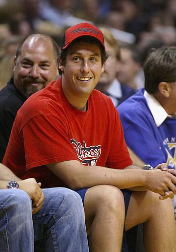 O ator Adam Sandler acompanha o confronto entre San Antonio Spurs e Los Angeles Lakers, realizado em 2004.
