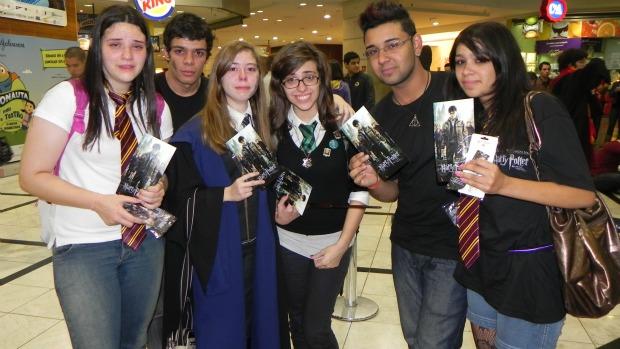 Os primeiros fãs a assistir <em>Harry Potter e as Relíquias da Morte</em> saíram da sessão especial emocionados.