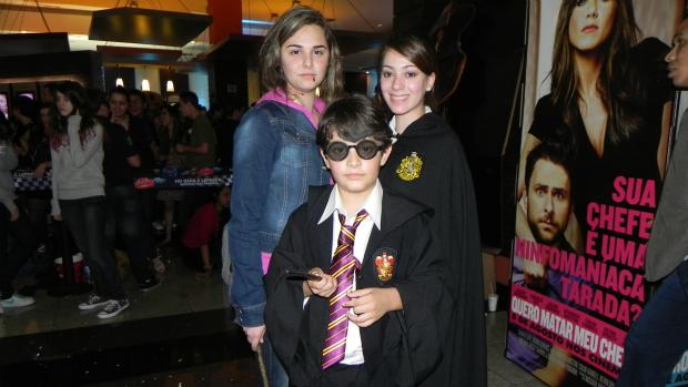 Tatiane Cappelari, Raíssa Marcondes e Murilo Moraes Meireles também foram fantasiados à pré-estreia de <em>Harry Potter e as Relíquias da Morte: Parte 2. </em>Para Tatiane, ir fantasiada faz com que ela se sinta parte da história de Harry Potter