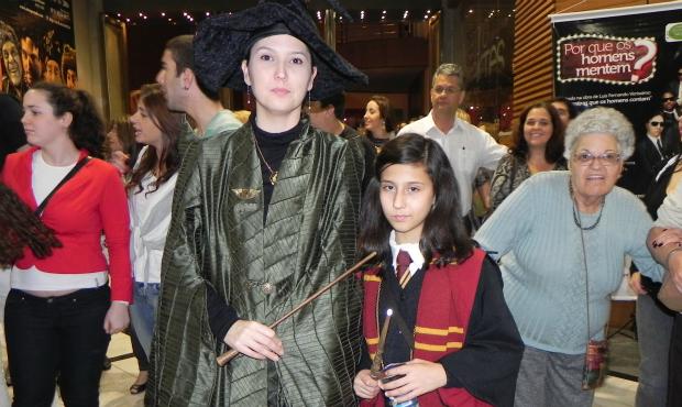 Simone e Bruna Leal, mãe e filha, também foram fantasiadas de Professora Minerva McGonagall e Hermione.