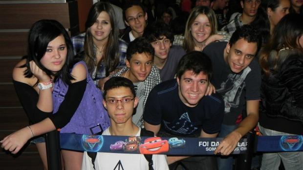 Hugo Heguedush, Tatiany de Caro, Vitor Margini e os amigos foram os primeiros a chegar para a pré-estreia de <em>Harry Potter e as Relíquias da Morte - parte 2</em>