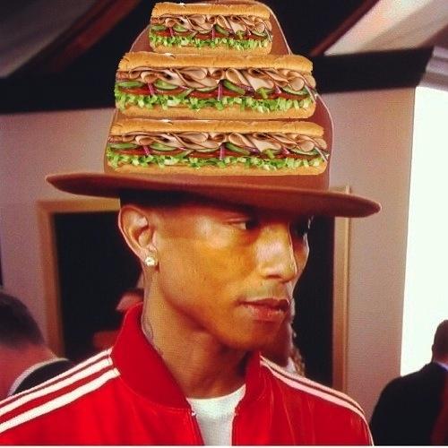 Fãs suspeitam que o chapéu de Pharrell Williams escondia um lanchinho para o Grammy