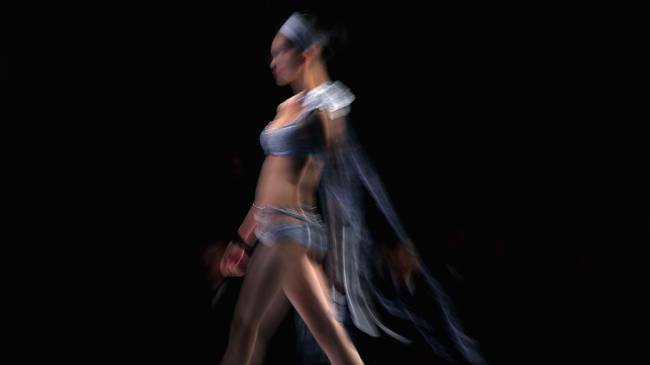 Modelo desfila durante a China Fashion Week em Pequim, na China