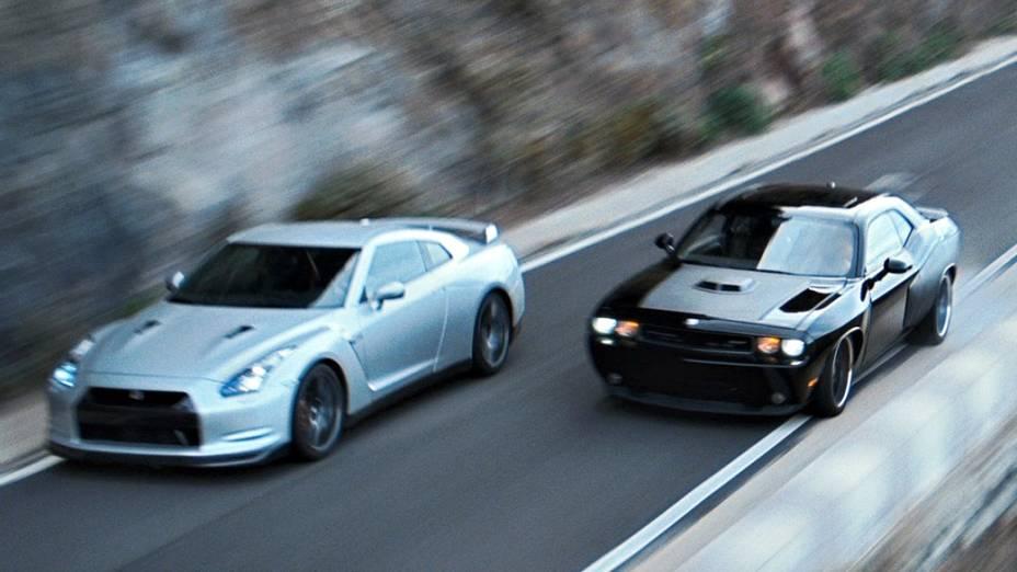 Um pega entre o Dodge Challenger 2011 e um Nissan GT-R