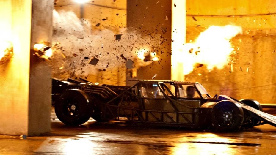 O carro-rampa do mafioso Owen Shaw (Luke Evans) em ação