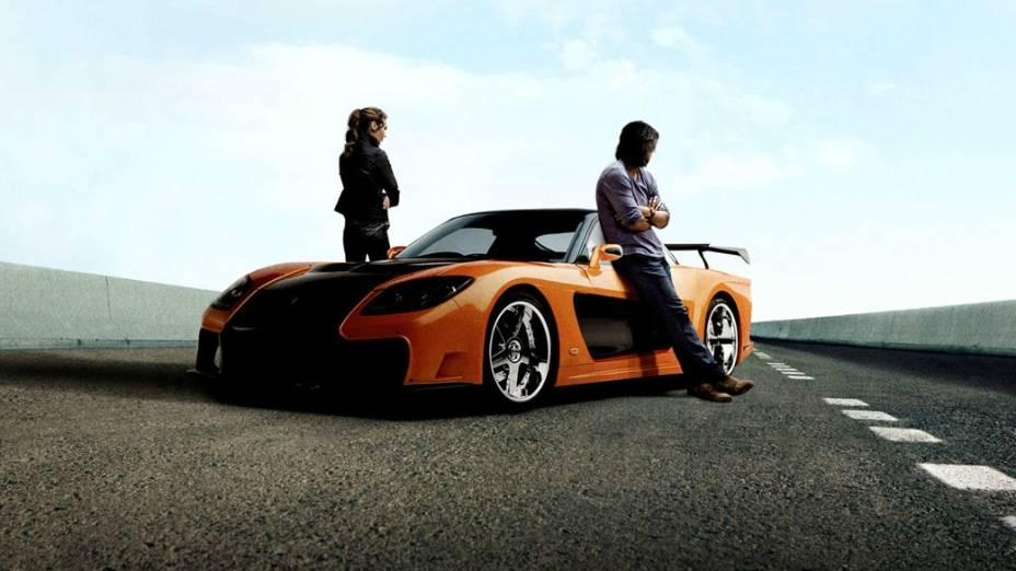 Han (Sung Kang) e Mia (Jordana Brewster) ao lado de um Mazda RX7, um dos nipônicos do filme
