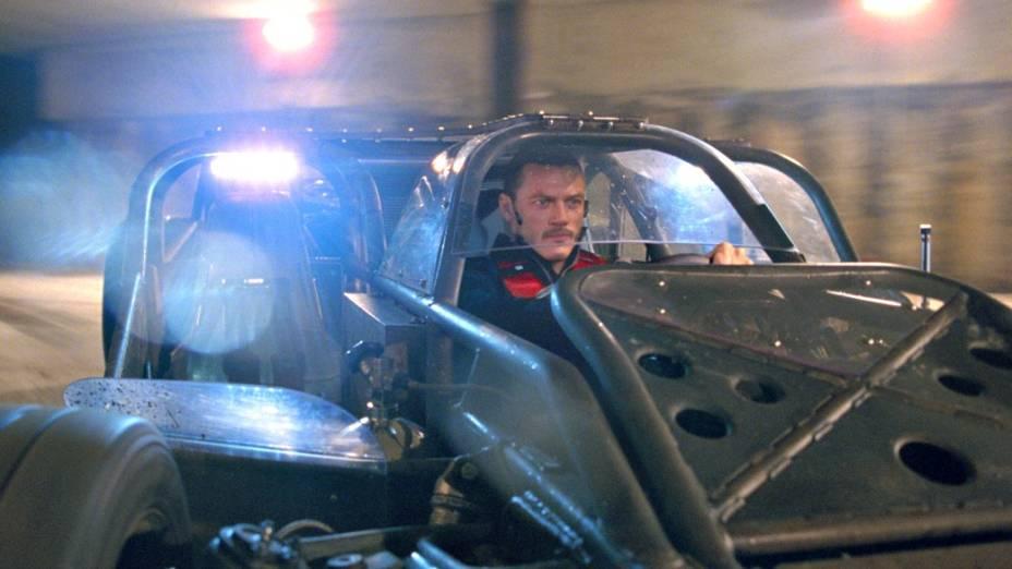 Sai da frente! Owen Shaw (Luke Evans) acelerando o carro-rampa