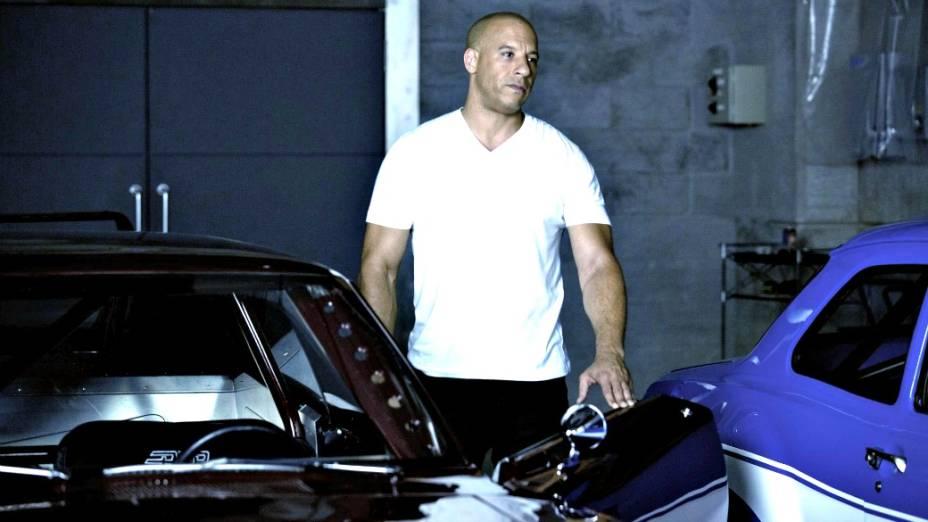 Dom Toretto (Vin Diesel), no início da trama, e com a camiseta ainda branca e limpa