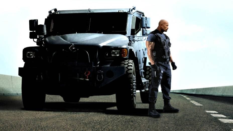 Luke Hobbs (Dwayne Johnson) e seu brutamontes Navistar MXT-MVA
