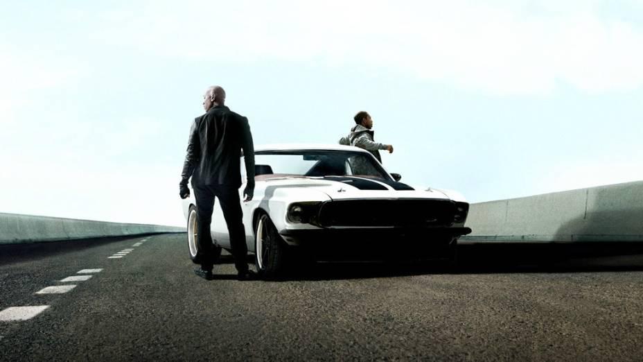 Roman (Tyrese Gibson) e Tej (Chris Ludacris) ao lado de um clássico Ford Mustang 1969