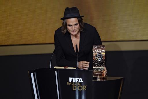 A alemã Nadine Angerer recebe o prêmio de melhor jogadora de futebol do mundo em 2013
