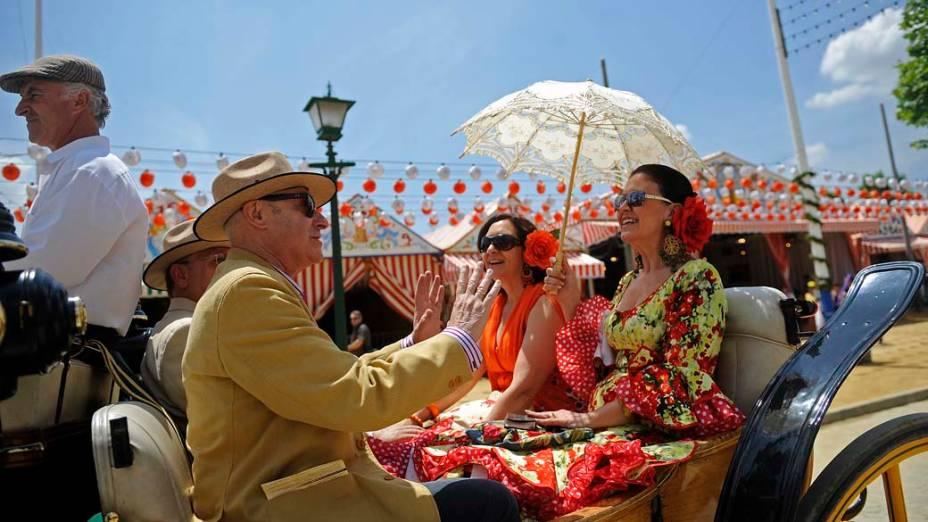 Pessoas com trajes típicos de música flamenca durante a Feira de Abril de Sevilha, Espanha