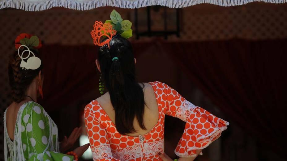 Mulheres com trajes típicos de música flamenca durante a Feira de Abril de Sevilha, Espanha