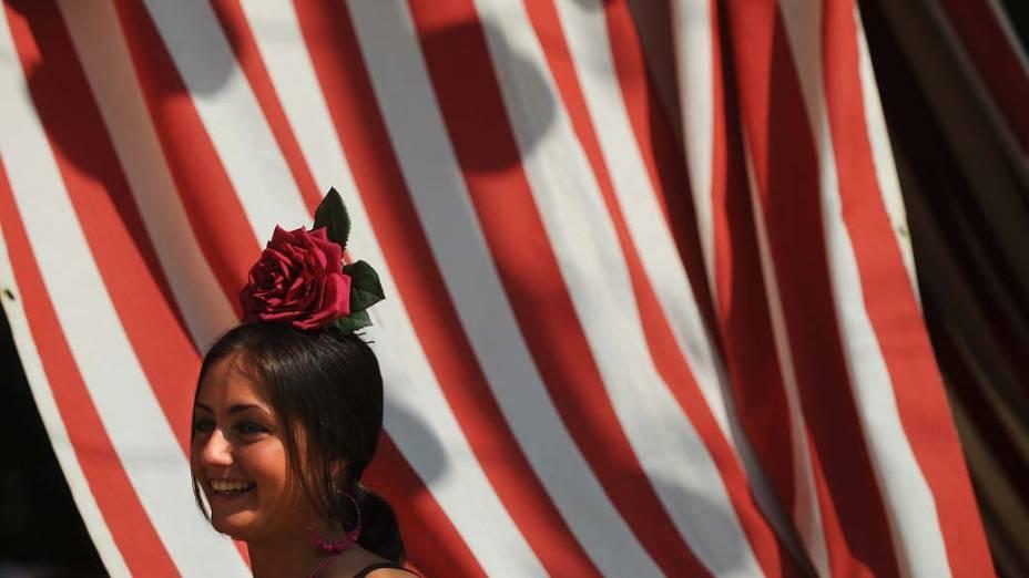 Mulher com traje típico de música flamenca durante a Feira de Abril de Sevilha, Espanha