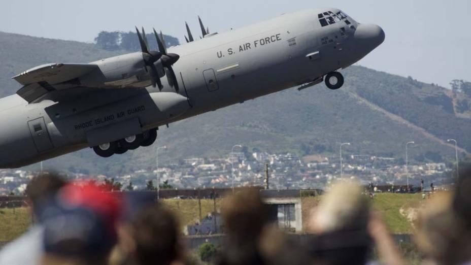 Um avião da Força Aérea americana participa de evento aeronáutico na Cidade do Cabo, na África do Sul