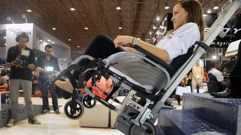 Funcionária da Cavenaghi simula subida em escada com cadeira de rodas especial