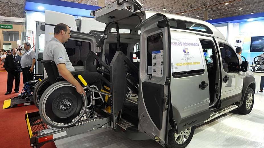 Cadeirante e funcionário da Fiat entra em carro Modelo Doblo